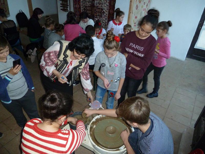 În cadrul cercului pedagogic al consilierilor educativi elevii au participat și la o activitate extrașcolară de olărit la Piscu