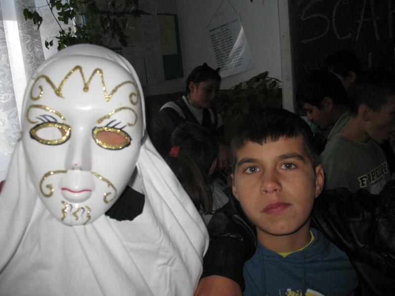 Poze facute in scoala la concursul de masti si dovleci de Halloween