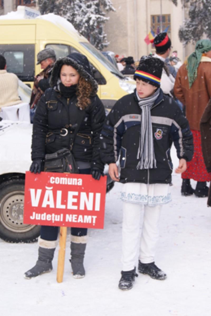 Parada costumelor populare din comunele judeţului Neamţ.