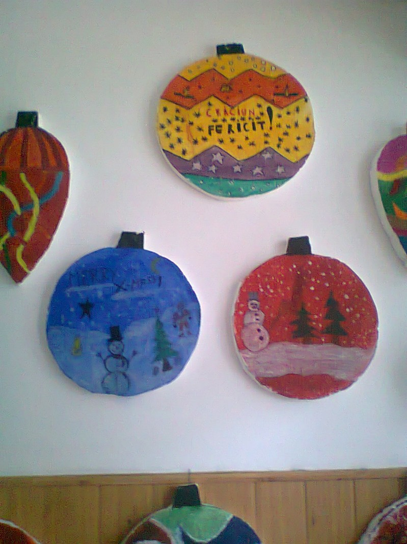Decoratiuni de Craciun din materiale refolosibile realizate de elevi in timpul orelor de desen sub indrumarea prof. Nitu Daniel si prof. Dobre Oana.