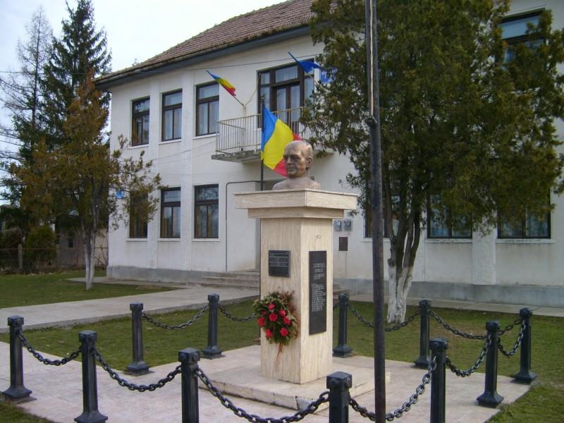Şcoala este situată în centrul localităţii Lucăceni şi dispune de două corpuri de clădire.