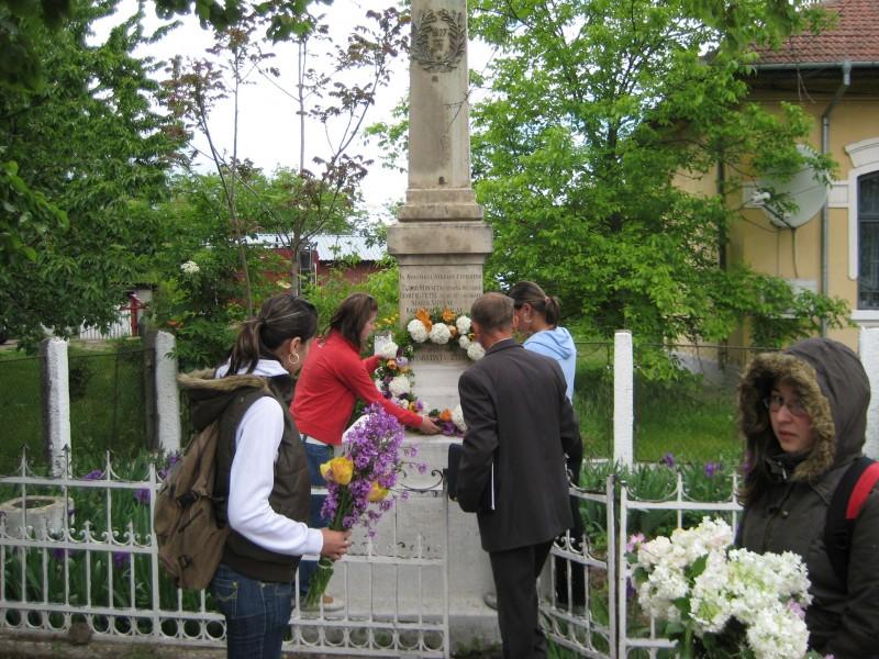 Activitate extracurriculara: depunere de flori la monumentul eroilor