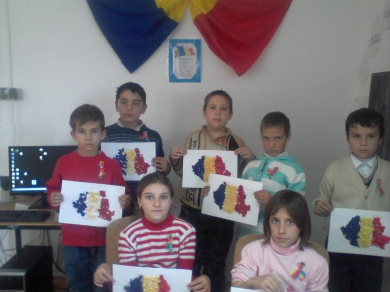 Iata cateva dintre lucrarile unora dintre elevii Scolii Gimnaziale Traian realizate cu prilejul Zilei de 1 Decembrie 2012