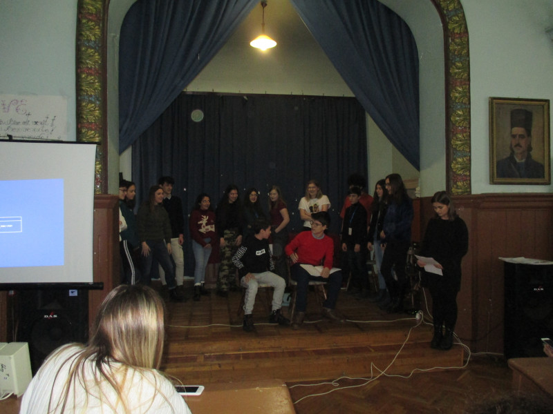 Piesă de teatru, jucată de elevi din toate statele partenere.
