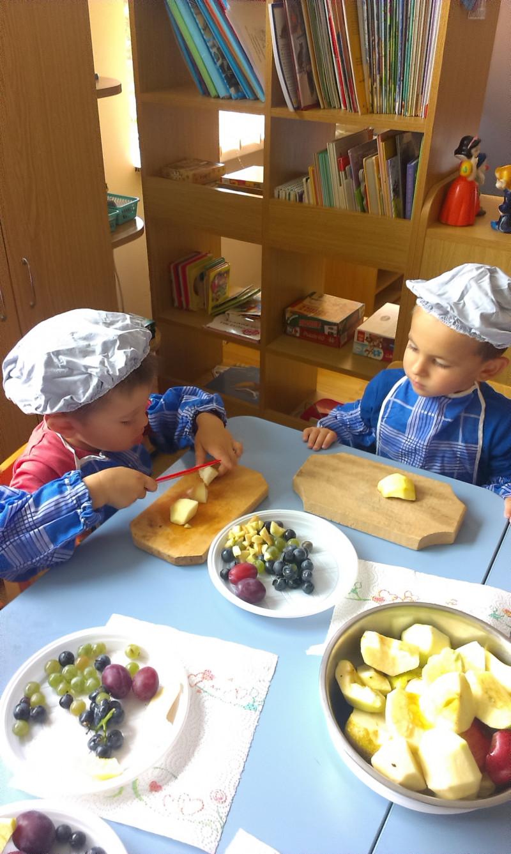 Incepem pregatirile pentru salata de fructe.