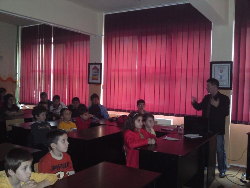 """In cadrul proiectului ,,Eroi au fost, eroi sunt încă"""" coordonat de dna. prof. Fercea Ghiorghița"""