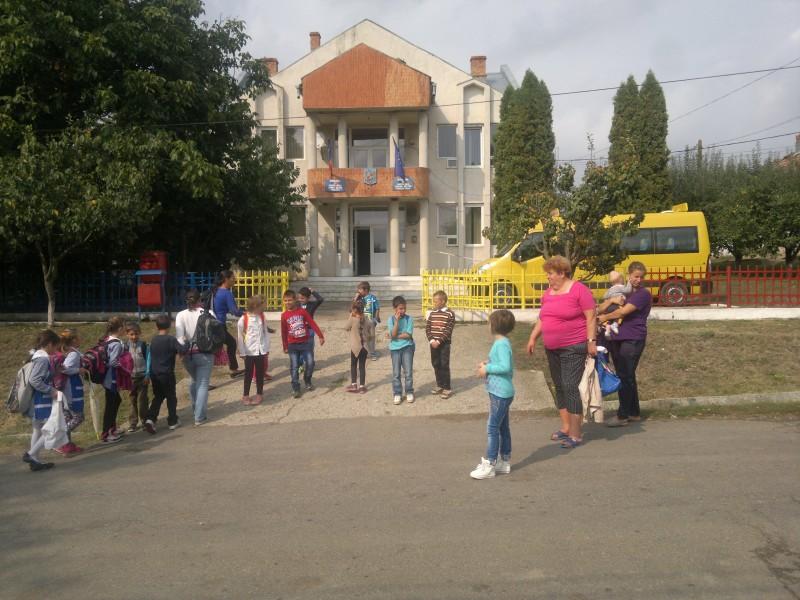 Copiii alaturi de parinti se bucura de primele zile de scoala.