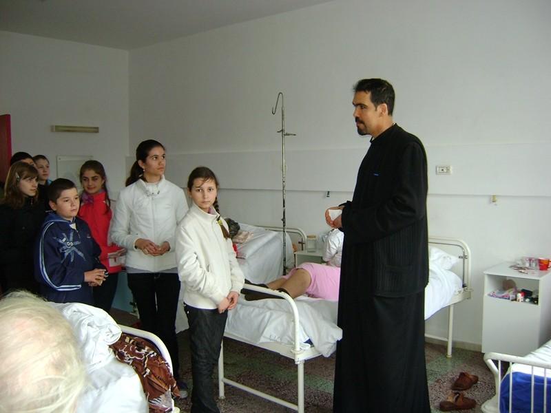 La spital, parintele si un grup de elevi