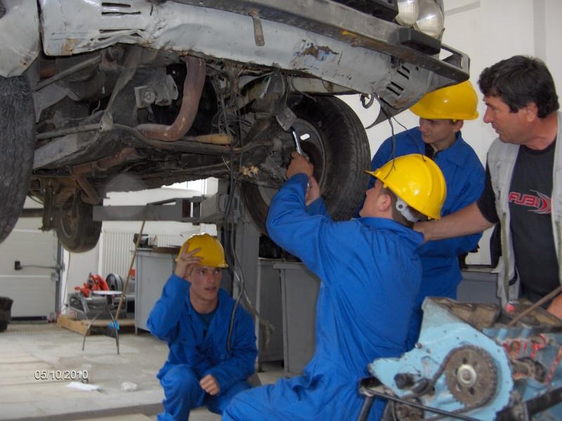 Elevii dobândesc abilităţi practice în domeniul mecanică