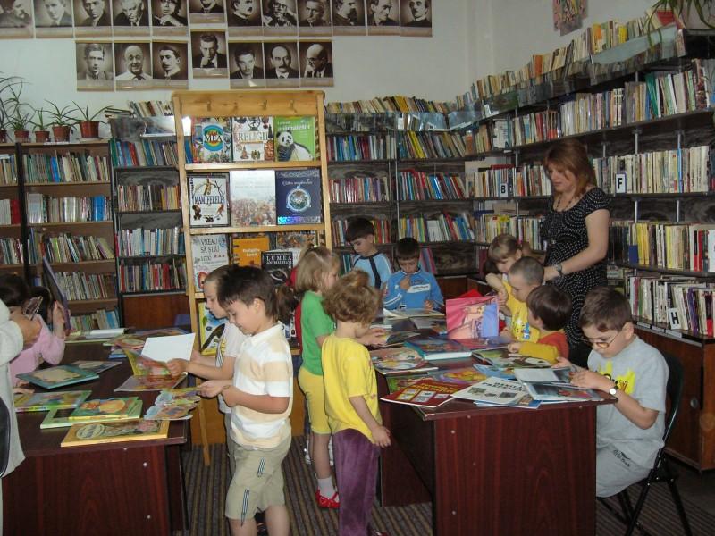 La Biblioteca Judeteana impreuna cu prietena noastra, doamna bibliotecara Brandusa Cotet.