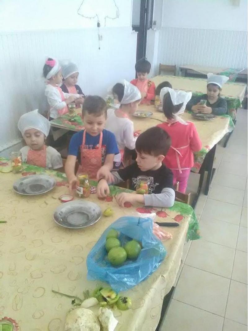După observarea și degustarea unor legume de toamnă, copiii au primit informații despre cum putem să avem parte de vitaminele conținute de acestea și în anotimpul rece, și anume prin păstrarea lor prin diferite modalități.