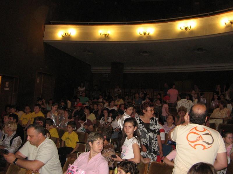 Sala teatrului Theodor Costescu din Drobeta Turnu Severin este o gazdă primitoare  de fiecare dată pentru copiii de la Palatul Copiilor iar ei se simt pe scenă ca acasă. Părinții așteaptă cu emoție apariția copiilor în spectacol. Este liniște... priviți-ne.