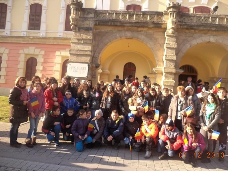 La implinirea a 95 de ani de la infaptuirea actului istoric de la 1 Decembrie 1918 elevii de la Scoala Gimnaziala George Cosbuc Sighet alaturi de colegii lor de la Sc. Gimnaziala Nr. 2 Sighet si Sc. Gimnaziala Nr. 5 Sighet calauziti de d-na prof. pop Ileana, au parcurs drumul spre Alba Iulia pentru a participa la manifestarile dedicate acestei marete zile.