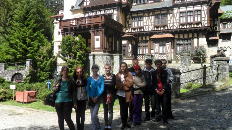 Elevii Scolii Serbanesti,Comuna Zvoristea,Judetul Suceava  in vizita la Castelul Pelisor.