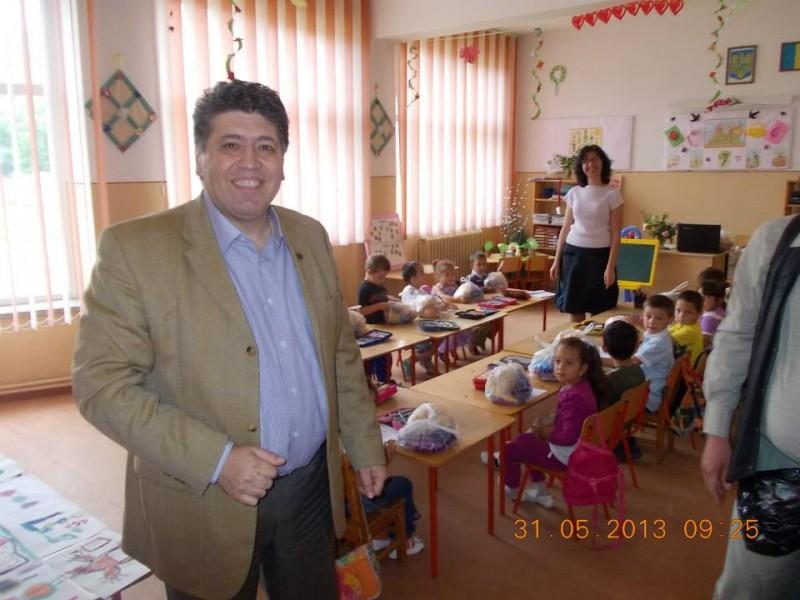 Vizita Primarului Dan laurentiu Leoreanu la Gradinita Sc. Gimnaziale Costache Negri cu ocazia Zilei Copilului (1 iun. 2013).