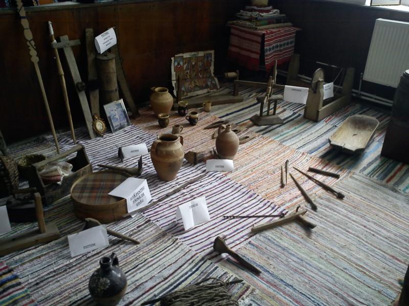 In cadrul Scolii Gimnaziale Nr.1 Vinderei a fost creat un mic muzeu de istorie si datini populare.