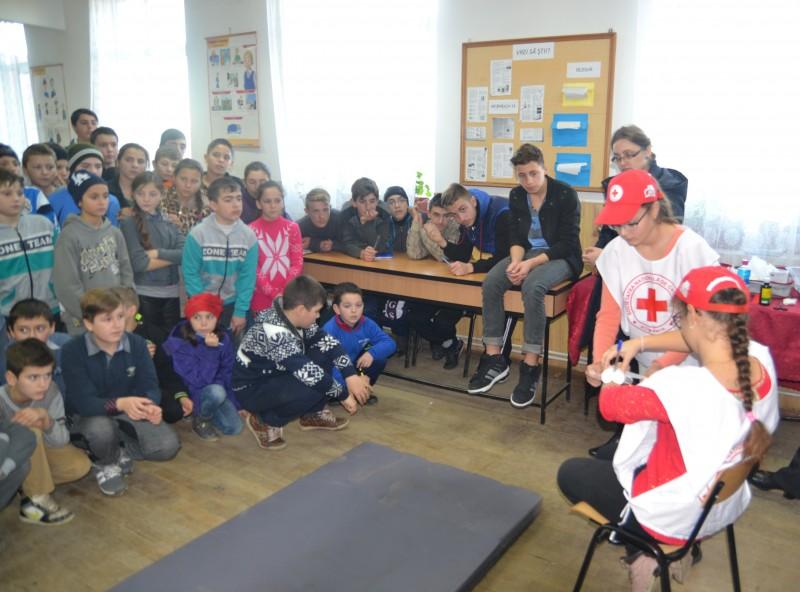 """Proiectul """"Mâinile tale pot salva o viață"""",desfășurat in colaborare cu Crucea Rosie  filiala Suceava."""