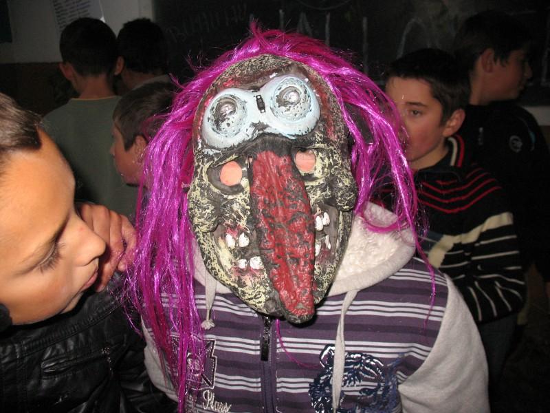 Sunt poze facute in scoala cu ocazia concursului de masti si dovleci de Halloween cu elevii claselor V-VIII.