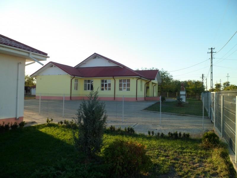 Imaginea surprinde corpul de scoala de Satu Nou