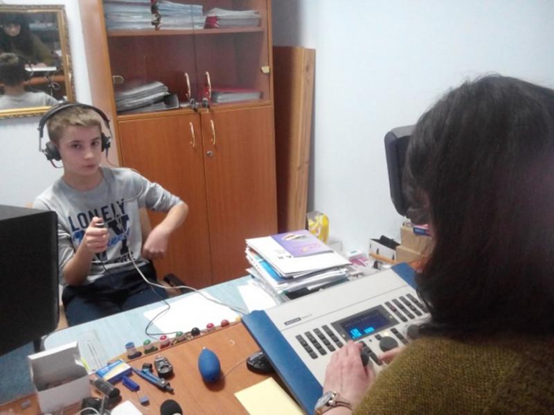 Cabinetul de audiologie este dotat cu aparatură specifică si permite realizarea diagnosticului psihopedagogic şi audiologic în deficienţele de auz şi în tablourile de limbaj specifice deficienţelor de auz.