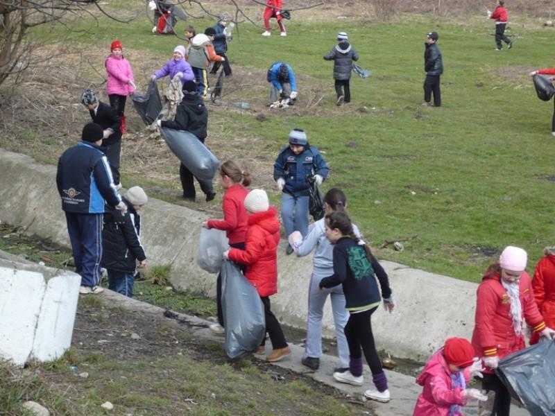 Ziua Mondială a Apei este sarbatorită în data de 22 martie. Cu acest prilej peste 100 de elevi de la Şcoala ''Nicolae Iorga'' Bacău  au organizat o campanie de curaţare si ecologizare  a izvorului din partea de sud a orasului.