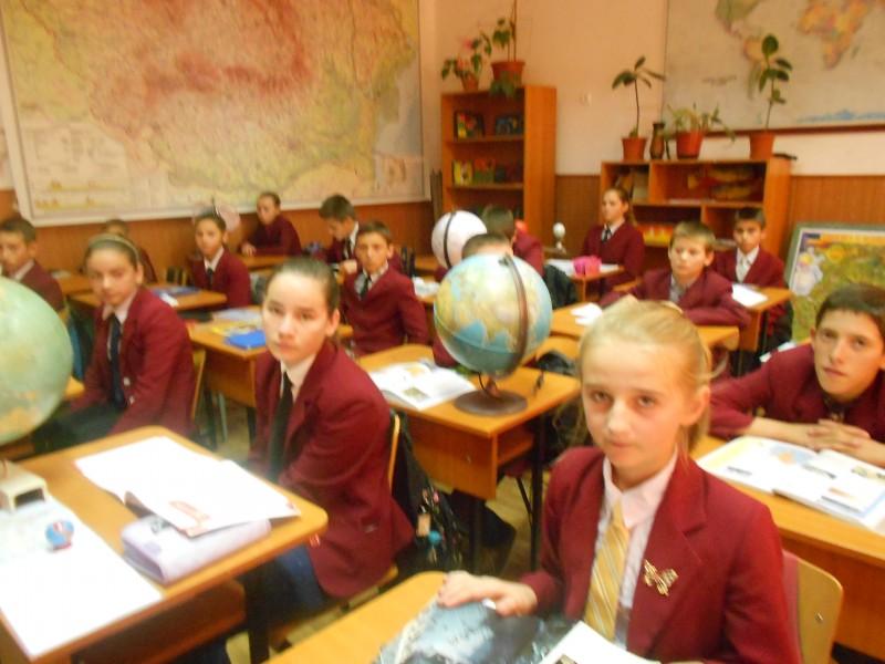 Elevii Scolii Nr.1Iaslovat in timpul orei de geografie.