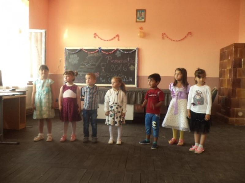 Serbarea copiilor de la gradinita cu ocazia sfarsitului de an scolar