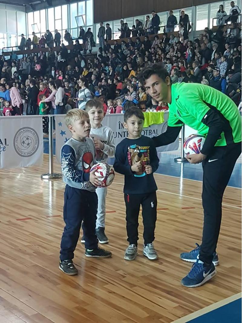 Deoarece fotbalul nu e doar un mod distractiv de a face mișcare, ci și contribuie direct la formarea celor mici prin-tr-o viață sănătoasă și un set de valori importante Grăd.P.P.nr. 6 a participat la această inițiativă, alături de Lucian Sănmărtean si Laurențiu Roșu, multiplii campioni ai României la fotbal, cu preșcolari de grupă mijlocie și mare