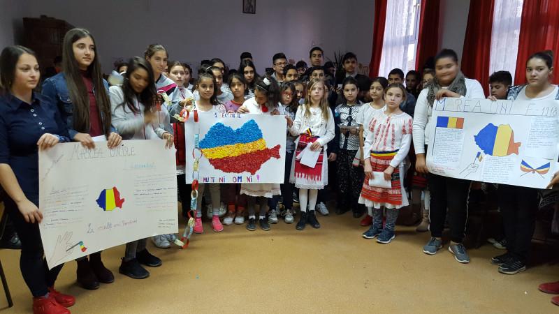 Cu ocazia Zilei Naționale a României a avut loc la școală un program dedicat zilei de 1 Decembrie unde au fost prezentate și creații ale copiilor cu temă specifică acestei zile.