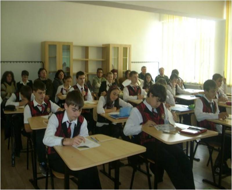 """Şcoala noastră a fost gazda cercului pedagogic al profesorilor de istorie semestrul I an şcolar 2011 - 2012 cu tema: """"Evaluarea competenţelor la disciplina istorie în învăţământul preuniversitar"""""""