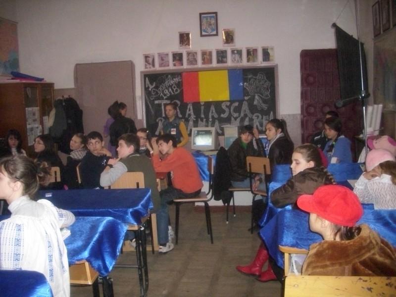 """Cu ocazia Zilei de 1 Decembrie s-a desfasurat activitatea """"Traiasca Romania Mare!"""". Activitatea a fost coordonata de profesorii Ivanov Mioara si Chivu Daniela."""
