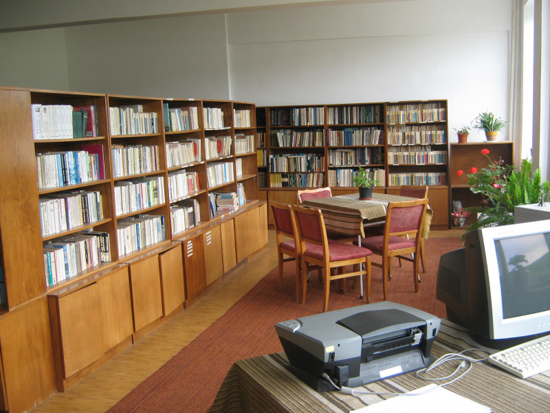 Biblioteca cu peste 12500 volume