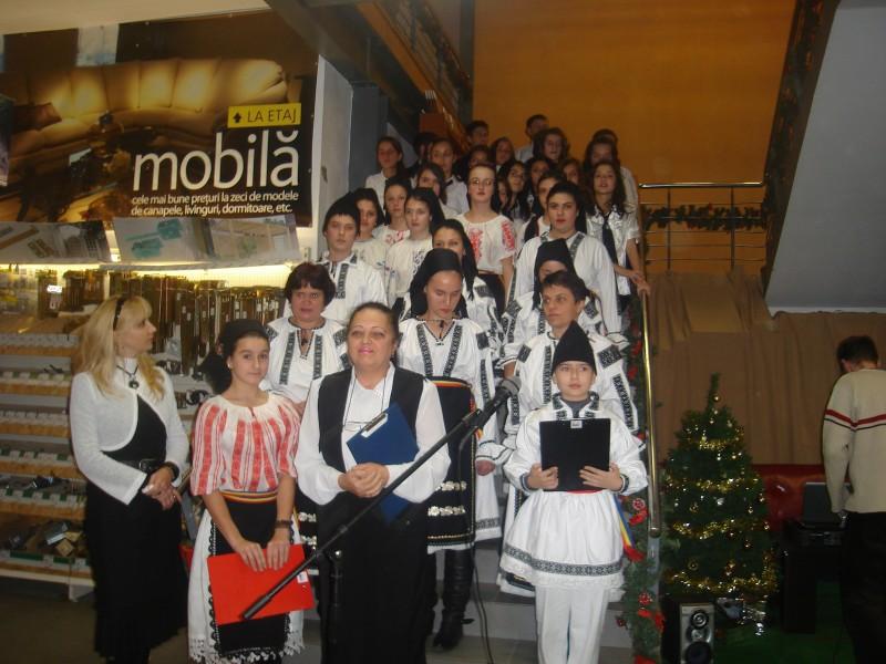 Momente artistice: poezii şi cântece patriotice, colinde la Ambient Cluj-Napoca