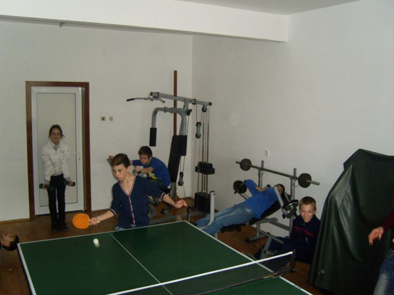 Școala dispune de două săli dotate cu mobilier și echipament specific, în care se desfășoară orele de educație fizică și activitățile de kinetoterapie.
