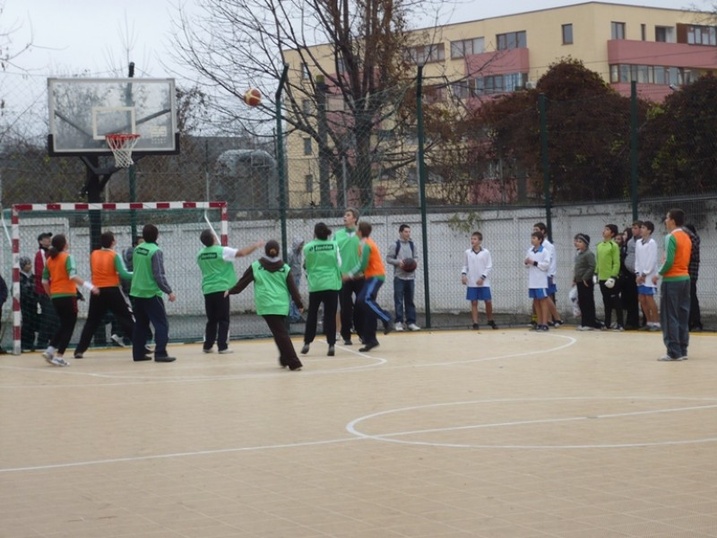 Elevii Scolii ''Nicolae Iorga'' Bacau joaca baschet cu profesorii.