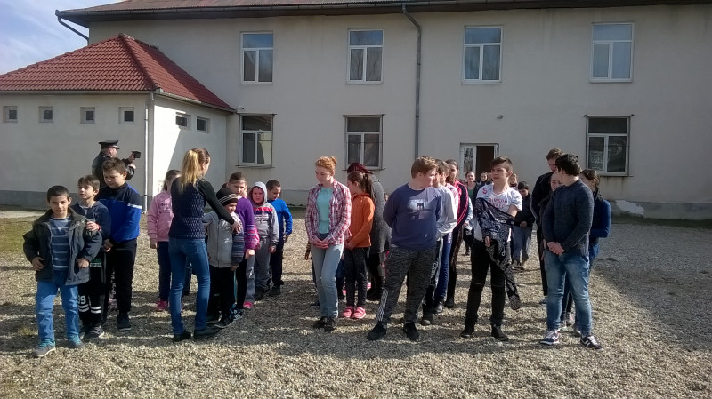 Realizarea prezentei elevilor participanti la exerciţiu de alarmare-evacuare.