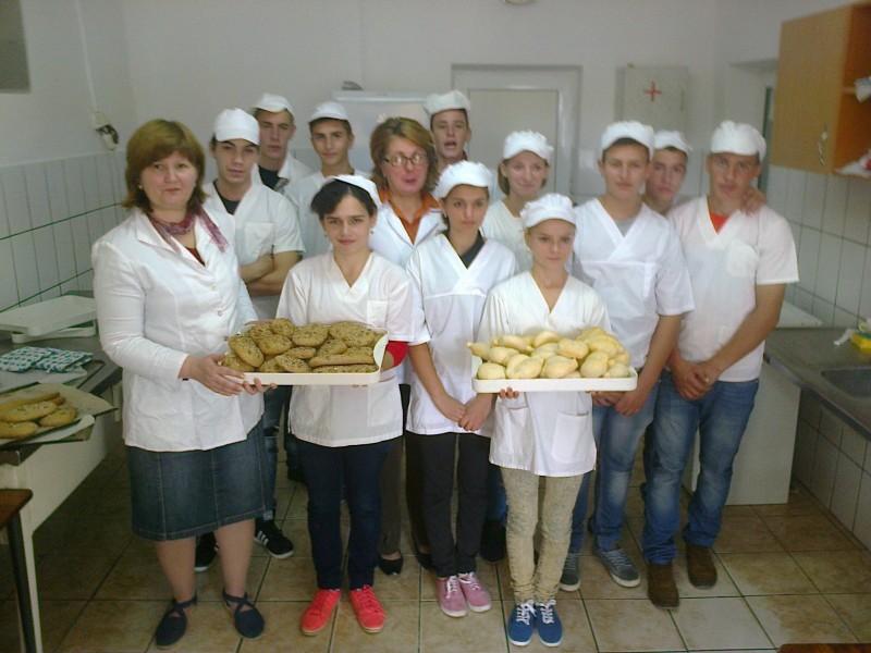 Elevii de la profilul Industrie alimentara prepara zilnic produse de patiserie