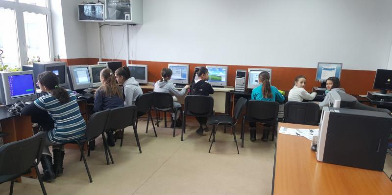 Foto reprezinta activitatea elevilor de la Școala Gimnazială Nr.1 Hîrtiești