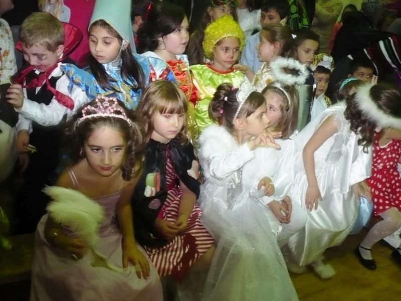 Elevii din clasele I-IV de la Scoala ''Nicolae Iorga'' Bacau au participat la o activitate de traditie a scolii .