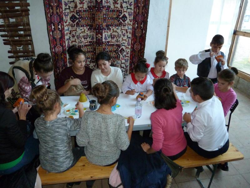 Elevii au participat la atelierul de pictura pe vase din lut