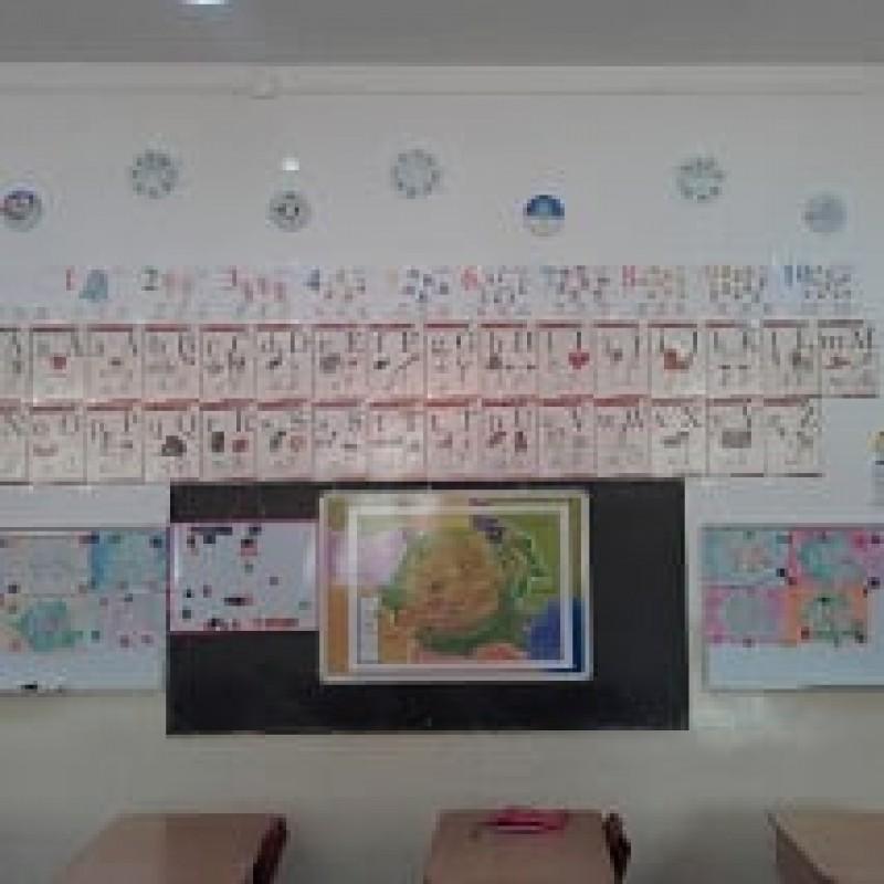Aici, copiii dumneavoastră vor deveni prieteni cu cifrele și literele, vor asculta povești interesante, vor învăța cântecele și poezioare, își vor exprima ideile și sentimentele prin desen, vor afla prin joc multe, multe lucruri folositoare, care-i vor ajuta ulterior să răzbească prin viața de școlar.