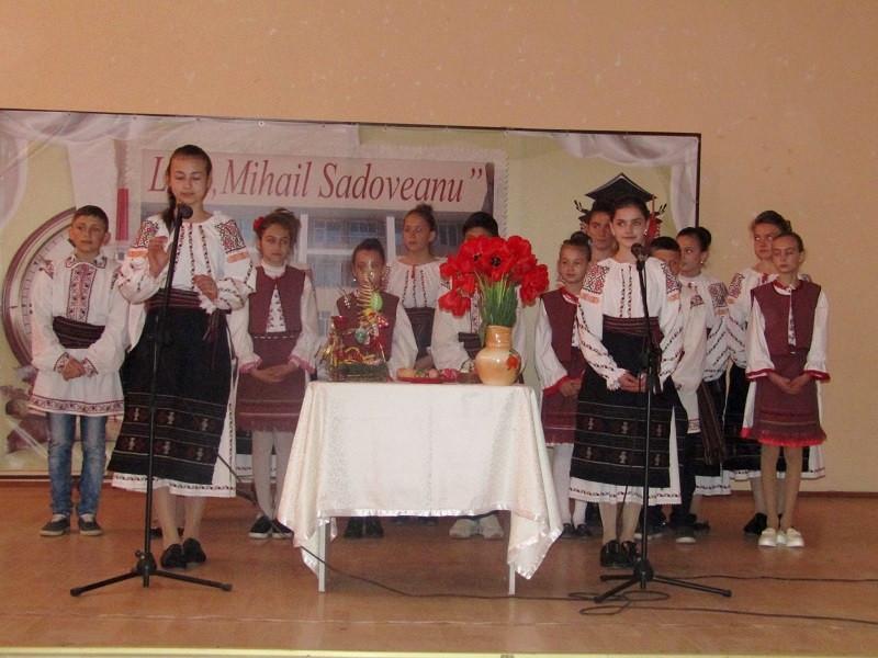 """Ansamblul Folcloric """"Firicel de busuioc"""", condus de Sergiu Ştefan la Festivalul Raional al Cântecului Pascal - 2017"""