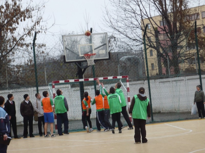 Echipa elevilor joaca baschet cu echipa profesorilor