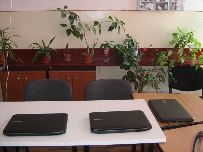 Sala de calculatoare (laptopuri) conectate la internet.