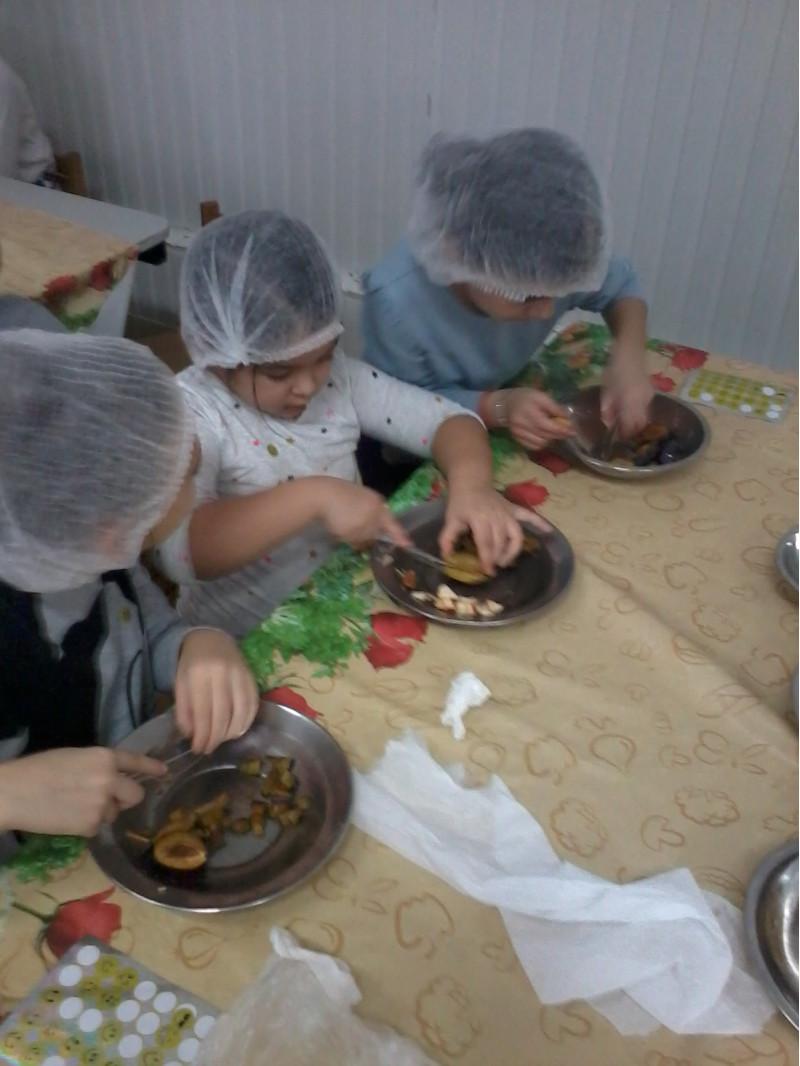 După discuțiile despre ce înseamnă o alimentație sănătoasă, preșcolarii împreună cu școlarii au învățat să prepare un desert rapid, gustos, sănătos, plin de vitamine și la îndemâna lor – salata de fructe