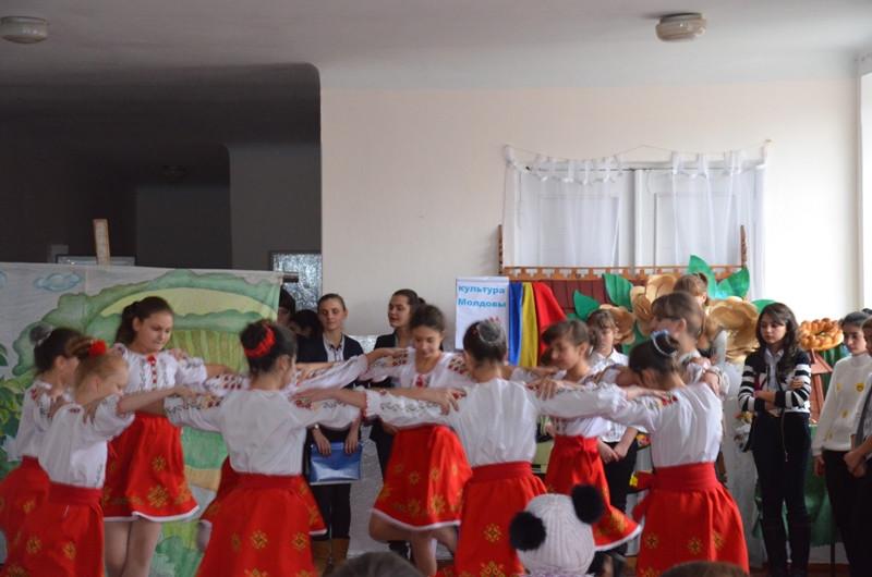 Dansatoarele (Cercul etnofolcloric) din instituţie