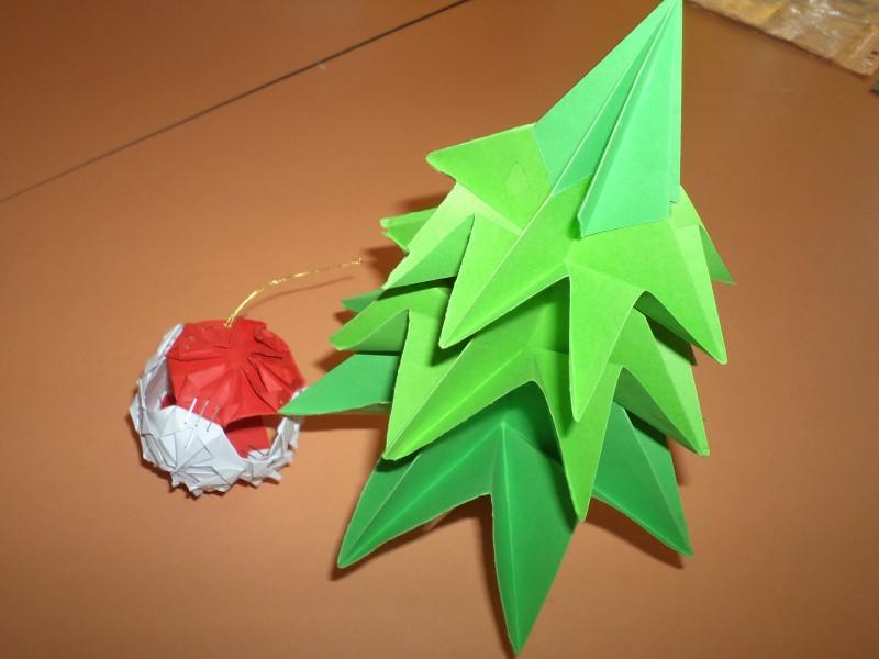 brăduț din hârtie realizat prin tehnica origami