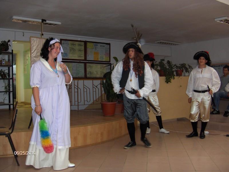 Costumele ca si prestatia actorilor apartin elevilor liceului
