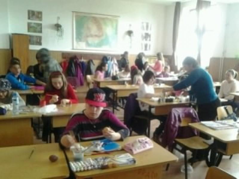 """Proiectul s-a desfasurat in perioada """"Scoala Altfel"""" , an scolar 2013-2014, cu doua intalniri : la scoala noastra si la Scoala Berceni din jud. Prahova. Clasele participante au fost a V-a A si a V-a B.Au fost intalniri fructuoase, s-a dat si obtinut diplome la romana, engleza, geografie, desen si am asistat la doua miniserbari frumoase in care a primat teatrul lui Caragiale."""