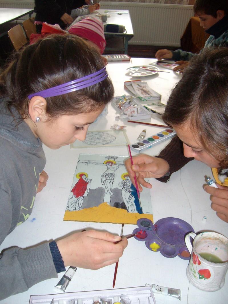 elevii in timp ce picteaza